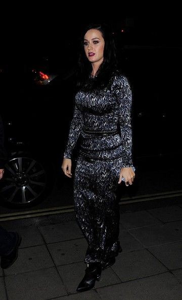Katy Perry Photos Photos - Katy Pery arrives at The Wolseley restaurant in London on October 17, 2013.  - Katy Perry Out to Dinner in London