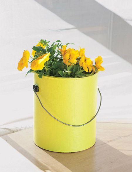 vaso de plantas de lata de tinta amarelo
