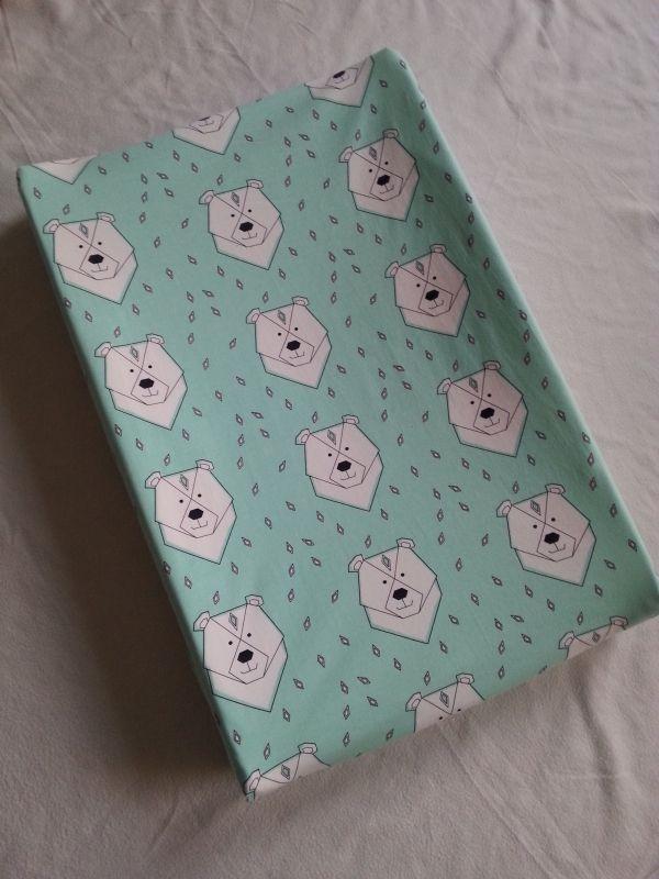 Kijk wat ik gevonden heb op Freubelweb.nl: een gratis naaipatroon van Ansje Handmade om een hoes voor een aankleedkussen te maken https://www.freubelweb.nl/freubel-zelf/gratis-naaipatroon-aankleedkussen-hoes/