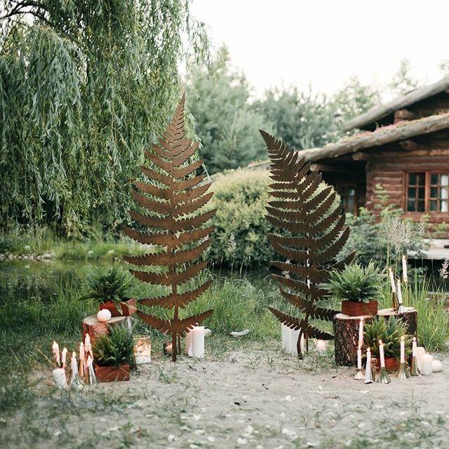 Арка в виде двух больших листьев папоротника, вырезанных из дерева -- прекрасная идея для эко-свадьбы! А еще на этой свадьбе была дорожка из мха на длинном столе для гостей, шишки, зелень, домашние пироги, а невеста на церемонии была босиком! Еще больше красоты ищите в сторис, а полная серия уже ждет вас на по ссылке в профиле. Организация и декор: @teplo_event, фотограф: @musorgskaya, флористика:@flowerelephant.ru стилист:@lunarooms, кавер-группа:@modalband, Реквизит:@hello.barsuki