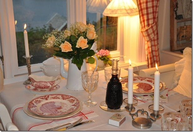 Diningroom: Dining Rooms, Cottages Dining, Tables Sets, Red, Blue, Gracious Dining, Dinners Tables, Dinning Rooms