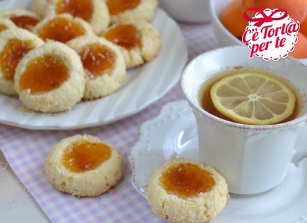 Ecco come rendere una #merenda in compagnia perfetta: #Pasticcini cocco e albicocca.  Scopri la golosa ricetta...