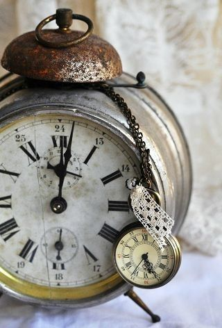 Love how a little pocket watch is chained to this old alarm clock. ♥