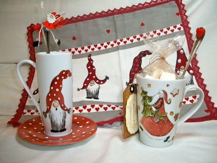 Piccoli gnomi colorati dipinti su una tazza da cioccolata o caffè all'americana, il disegno è ripreso dalla tovaglietta abbinata per creare...
