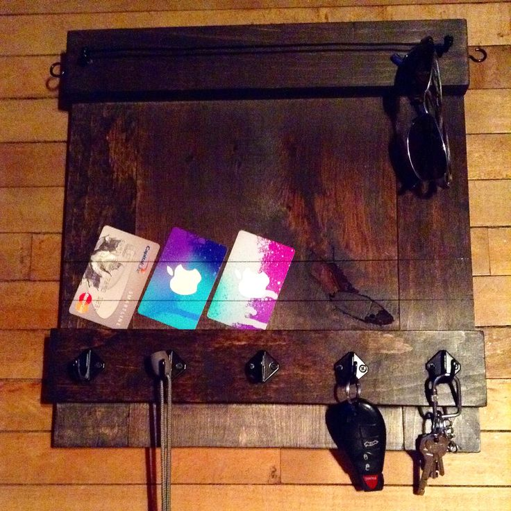 Reclaimed pine entrance rack with hooks and wires