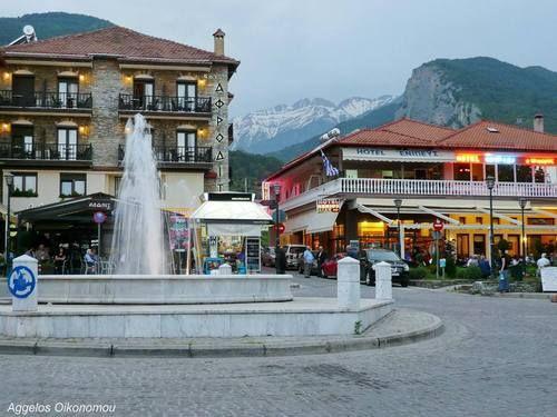Η πλατεία στο Λιτόχωρο Πιερίας και στο βάθος ο Όλυμπος The square in the village of Litohoro of Pieria prefecture, and Mt. Olympus in the background