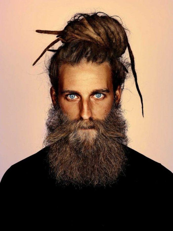 estilo-de-barba-larga-sin-forma-hombre-estilo-hippi-ojos-azules-camisa-negra