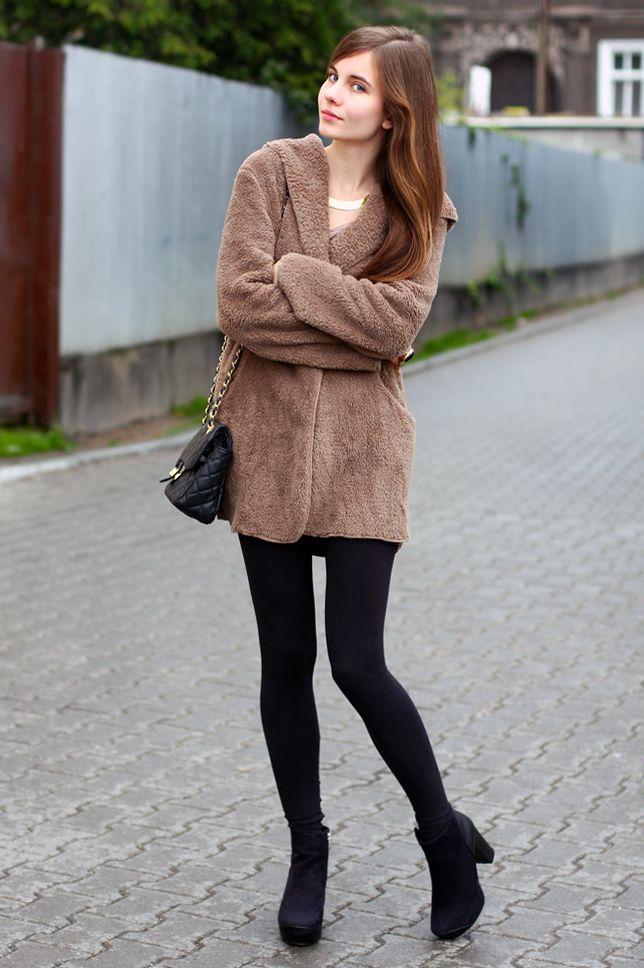 Luźna brązowa bluza, czarne legginsy i zamszowe botki   Ari-Maj / Personal blog by Ariadna Majewska