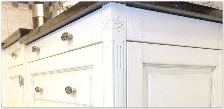 Powierzchnia tych mebli kuchennych w stylu prowansalskim, robionych na wymiar, zachwyca zarówno pod względem pomysłu jak i jakości wykonania. Rzeźbiony motyw pojawia się zarówno na szafkach jak i ramach okien. Kuchnia została wykonana w 100% z drewna dębowego.    Oak, provencal, white kitchen, flowery sculpture both on furniture and windows