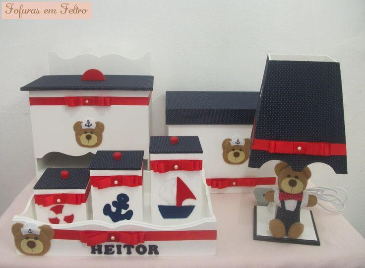 Kit higiene para bebê no tema ursinho marinheiro contendo: bandeja com 3 potes, abajur, porta fraldas e caixa de remédios. O kit pode ser montado na cor, tema e quantidade de peças que o cliente desejar.