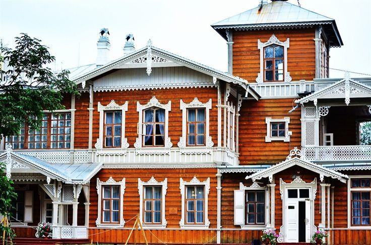 Пример облицовки деревянного фасада в деревенском стиле с узорами