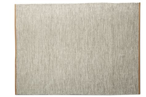 Stilren handvävd ullmatta med läderkant. Ullen gör mattan naturligt smutsavvisande och slitstark. Då mattan är handvävd samt att läderkanten är påsydd för hand, är varje matta unik. Skarvar kan även förekomma på läderkanten. Grimsby är en lättmatchad och snygg matta som också är vändbar vilket ger den en lång livslängd. Köp gärna till vårt mattunderlägg. Kemtvätt.