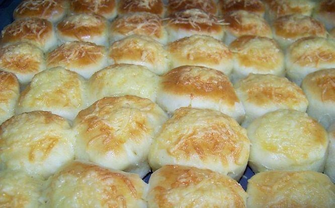 Môj mužobľubuje skôr slané maškrty ako tie sladké. Vyskúšala som preto už mnoho receptov ale najviac sa ujal práve tento, ktorý mi nedávno zverila moja babička. Budeme potrebovať: 50 dkg hladkej múky 25 dkg zemiakov 2 dl kyslej smotany 35 g droždia 1 PL masti 1 vajce 1 PL soli Postup: Zmlieka, cukru adroždia si pripravíme kvások. Do múky rozmrvíme