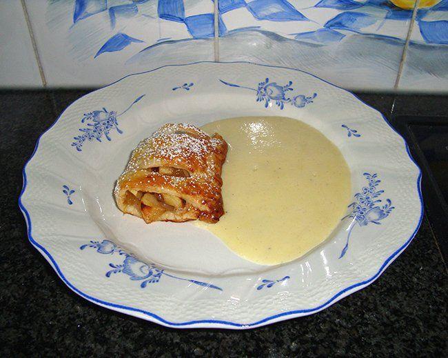 Recept voor Appelstrudel met vanillesaus. Meer originele recepten en bereidingswijze voor gebak vind je op gette.org.