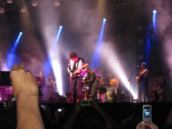 El 15 de mayo de 2010, Gustavo Cerati estaba en Venezuela para realizar un show en la Universidad Simón Bolívar de Caracas. Al terminar la presentación, se encaminó hacia su camerín, cansado y sin energías. Así inició un viaje sin retorno a un lugar del cual aún no regresa.