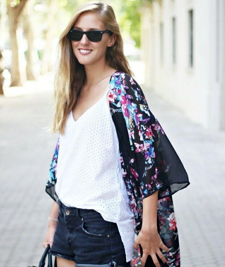 idée d'un outfit moderne pour l'été - veste kimono noire à motifs floraux