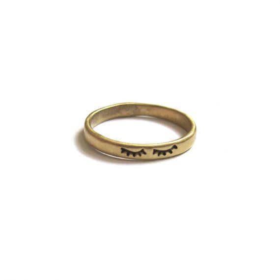 Diversión pequeño anillo ofrece cerró ojos con largas pestañas. Un gran pedazo de conversación! Ideal para apilar o usar solo. La banda delgada y ligera es cómodo y fácil de usar - usted no querrá quitármelo!   Este anillo ha sido amorosamente a mano tallado en cera y luego fundidas en metal mediante el proceso de fundición de cera perdida. Disponible en plata o latón - consultar para otros tipos de metal.  Disponible en su totalidad y la mitad de los tamaños 5-9.  Este anillo se hace a…