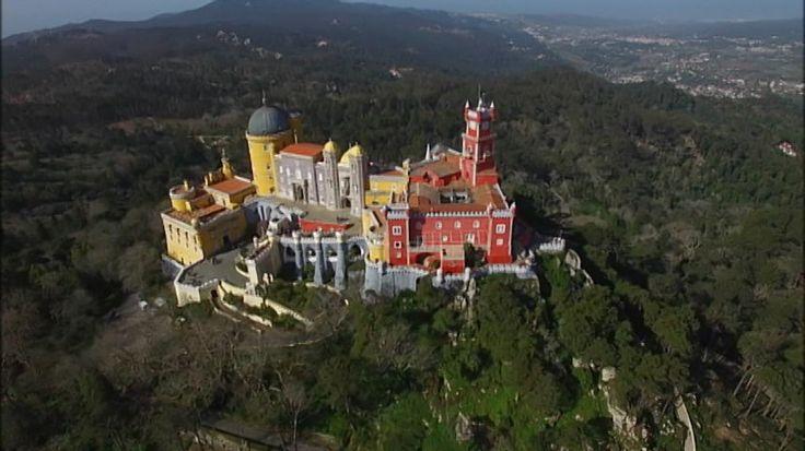 『シントラの王宮』大航海時代に栄華を極めたポルトガル…その富の象徴が、シントラ山脈の岩山に残されています。宮殿には、インドの高級家具やニッポンの古伊万里など名品が集められました。周囲の森も、王が人工的に造り出したもの!