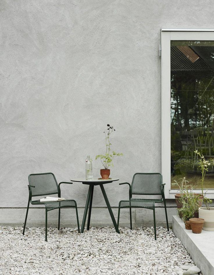 Mira från danska Skagerak är en stapelbar stol avsedd för utomhusbruk i lackad metall med sits och ryggstöd av metallnät. Mira är en lätt stol. Lätt att stapla, lätt att kombinera och lätt att tycka om. Mira är formgiven av Mia Lagerman och finns i två olika färger, både med och utan armstöd.