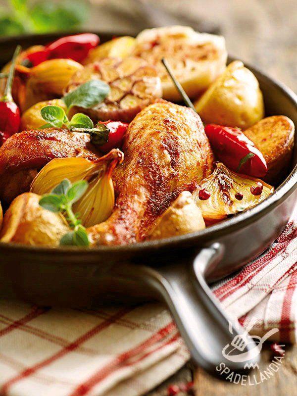 Chicken with new potatoes - Il Pollo al forno con patate novelle e cipolle è una pietanza perfetta per variare il menu della settimana e portare in tavola il gusto della semplicità! #polloconpatatenovelle