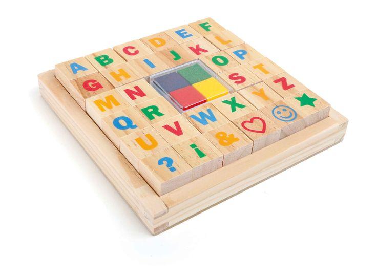 Het complete ABC plus zes verdere tekens en motieven laten zich overal stempelen en inspireren voor veelvoudige spelen. Bij voorbeeld kunnen peuters eerste woorden stempelen of zich een beeld van iedere letter maken - dit schoolt de creativiteit en concentratie. Inclusief vier stempelkussens in blauw, groen, geel en rood.