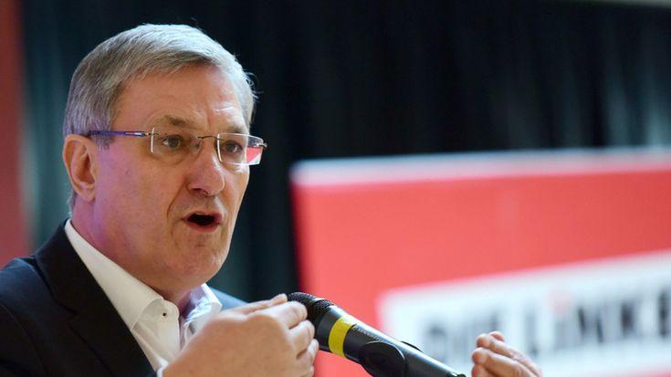 Linken-Chef Bernd Riexinger hat am Montag gefordert, die Riester-Rente abzuschaffen. Stattdessen schlägt seine Partei eine Mindestrente von 1050 Euro vor. Das Konzept soll die drohende Altersarmut von Millionen Versicherten abwenden.
