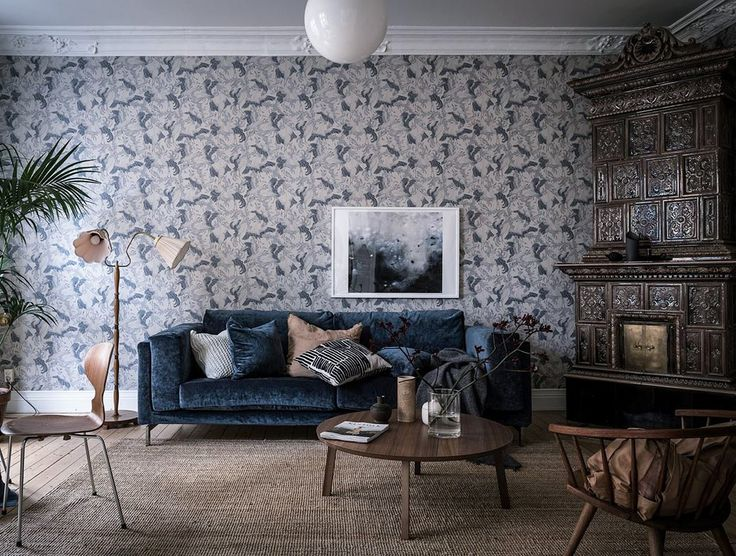 Blue velvet sofa and printed wallpaper, pink accents. Scandinavian interior styling and ideas how to decorate the blue sofa.