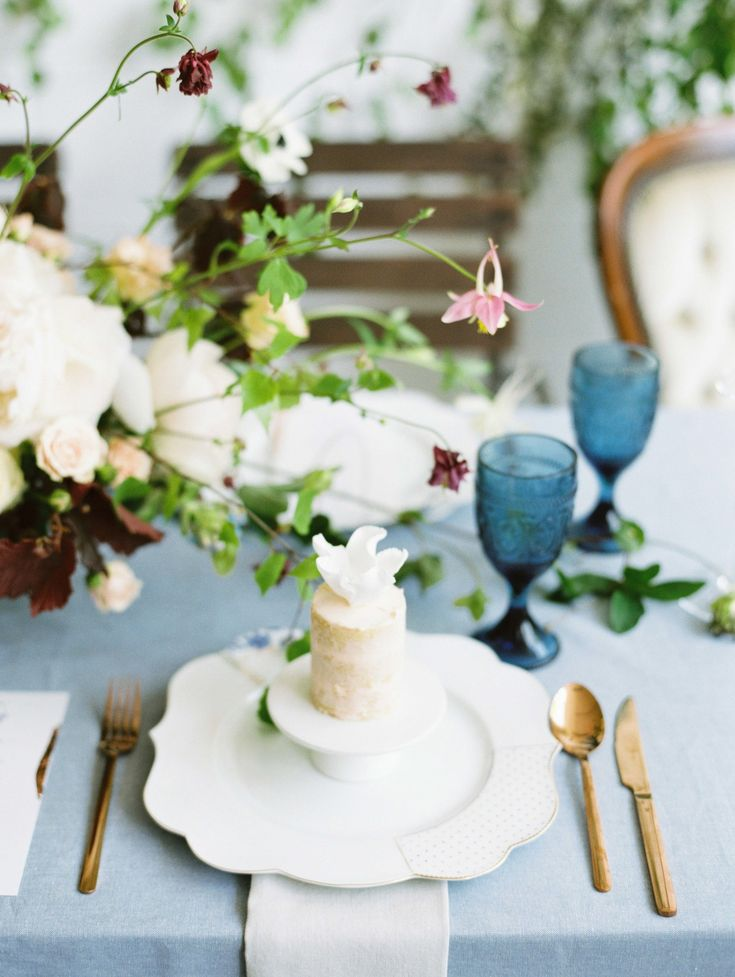 These all-white confections, by Claire Owen Cakes, blended in with the cream-colored dinnerware, bringing calming neutrality to a blue-hued tablescape.