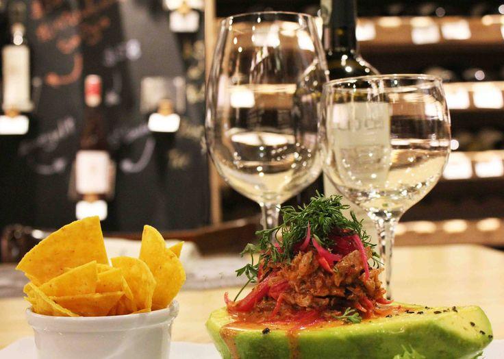 Nuestro Aguacate relleno de Cangrejo listo para disfrutar en un de las mesas favoritas, rodeada por los vinos de nuestra Boutique 90 Tienda de Vinos! Los esperamos! www.daniel.com.co/boutique90