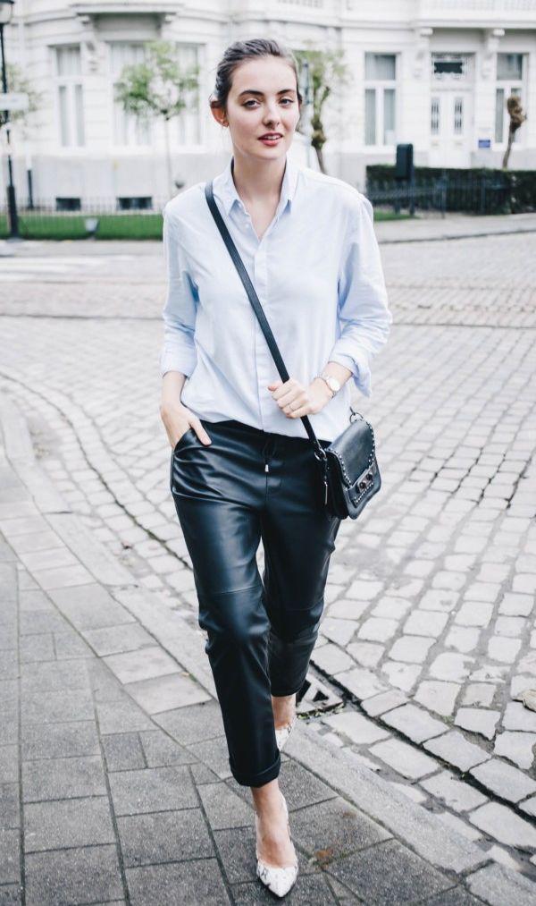 Calça couro baggy Camisa azul Bolsa preta Scarpin branco