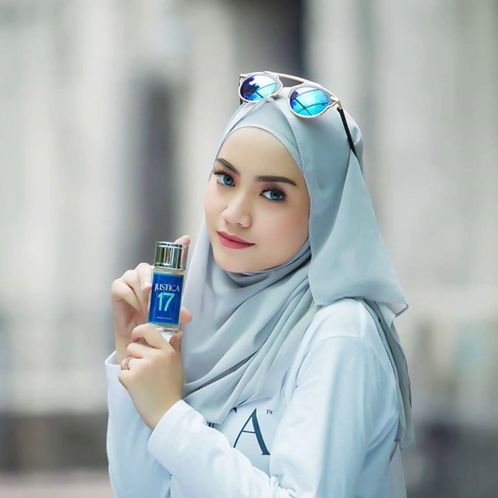 Hello :) Justica Sweet 17 by Kasturi Emas.      For Her: Happy Sweet & Gorgeous.  Musk  Oud  Honey  Apple  Rose  Vanilla  Ylang Ylang.  Free from alcohol.  Concentration: Parfum.  Natural Aroma.  Made in Malaysia.  20ml Spray.  Price : rm59.  Postage: rm6.  Whatsapp: 60135678721.  Tel: 6077721721. #perfume #naturalperfume #fragrance #healthylife #naturalproduct #organicproduct #madeinmalaysia #malaysia #oud #rose