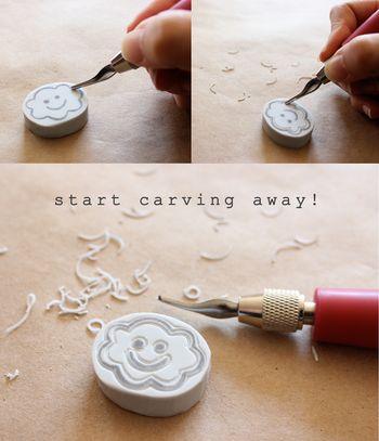 転写した部分の消しゴムをお好みの大きさにカットし、転写した線を残していくように他の部分を彫刻刀で削っていきます。