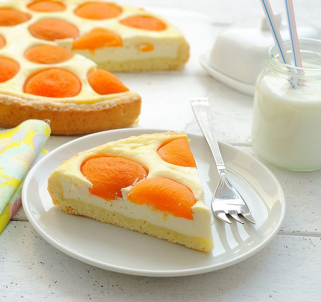 Cheese cake with Apricots (in Russian).  Aren't the colors of this dessert gorgeous?