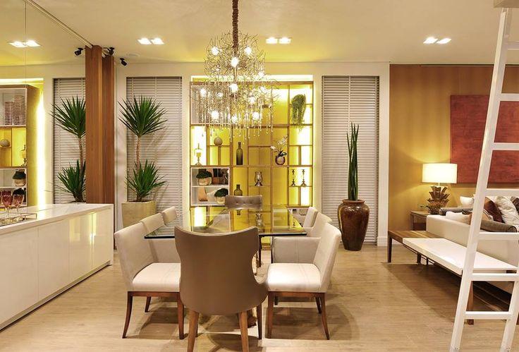 Espaço decorado por #quitetefaria para Mostra de Decoração da loja Design da Villa em Alphaville. Sala de jantar super moderna. Pendente/lustre maravilhoso.