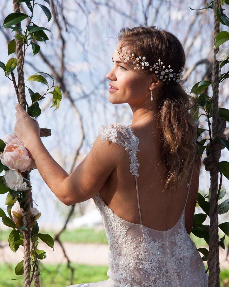 Как не допустить ошибок при покупке свадебного платья онлайн?  Если есть возможность поговори с консультантом в магазине или с дизайнером чтобыпонять подойдет ли тебе выбранный фасон и цвет. Обязательно уточняй сколько времени займет доставка платья и заказывай так чтобы платье пришло не позже чем за месяц до торжества. Если не уверена в выбранном фасоне посети салон в своем городе и примерьпохожее платье. Уточняй как лучше снять мерки чтобы определить размер или сделать индивидуальный заказ…