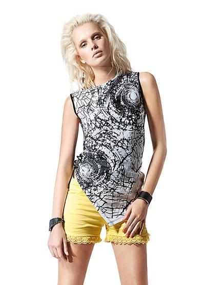 Top e calções disponíveis em preto laranja e amarelo.
