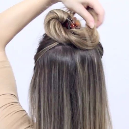 """Nina Starck 🇩🇰 HAIRSTYLES on Instagram: """"Easy Messy Bun Hairhack🤗  One of my oldest and best hairhacks using NO bands and NO bobbypins🙅♀️ A comfortable way to wear a Messy Bun…"""""""