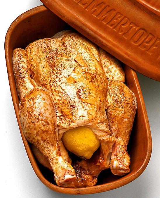 Kanske har du en lergryta någon stans i dina gömmor? Den är utmärkt att använda till långkok och fettsnål matlagning. Särskilt kyckling får en fin smak i lergrytan. Tänk på att grytan ställs in i kall ugn!