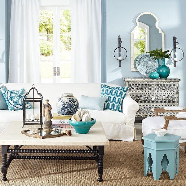 Les salons marocains traditionnels ont des couleurs chaudes. Alors pourquoi ne pas changer la donne et opter pour le bleu !  La couleur bleue est très tendance, elle évoque les vacances en bordure de