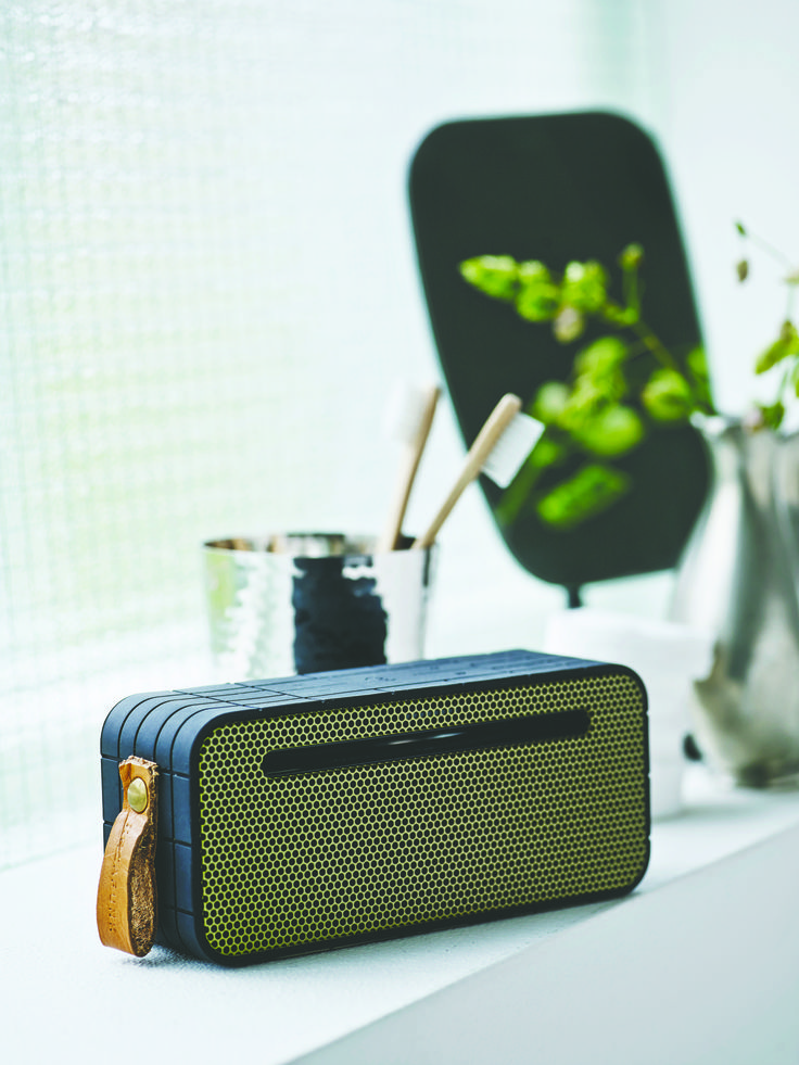 aMOVE in black from KREAFUNK is a compact, wireless speaker created in a beautiful design. Connect aMOVE with your smartphone, and you will be ready to listen to your favourite tunes. See more colours on our website.