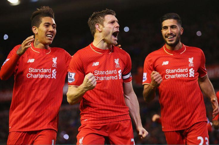 James Milner oslavuje Roberto Firmino a Emre Can potom, čo strelil prvý gól z trestu
