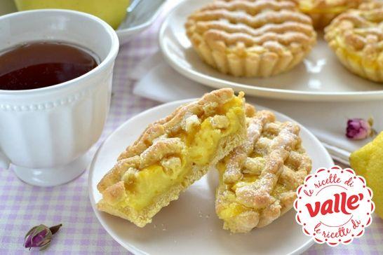 Crostatine alla crema con un buon profumo di limone e vaniglia… una coccola e una gioia. Sentite il profumo?