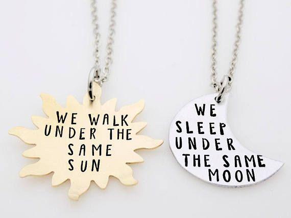 Dieses schöne passende Set macht ein perfektes Geschenk für Ihre Langstrecken-Liebe. Verschenken sie gehen weg, oder einfach nur, dass andere Person daran erinnern, dass wenn Sie weit auseinander liegen, Sie immer noch unter den gleichen Mond und unter die gleiche Sonne sind.