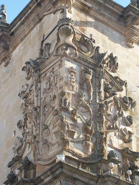 Escudo de los Pizarro en el Palacio de la Conquista de Trujillo, provincia de Cáceres, (España).2011. Palacio de la Conquista. Construído en el siglo XVI por Hernando Pizarro. Los bustos que aparecen en alto relieve son los de Francisco Pizarro, Inés Huylas Yupanqui, Francisca Pizarro y Hernando Pizarro.