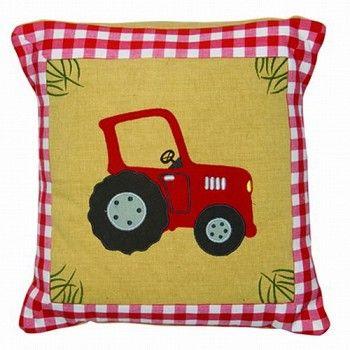 Win Green Kussensloop Boerderij - Kussenovertrek geborduurd met een grote rode tractor. Het overtrek is gemaakt van 100% katoen en machine-wasbaar (vulling niet inbegrepen). Afmeting 42cm x 42cm.