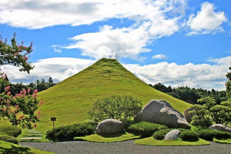 仙石富士の噴煙?!。雲が噴煙のように見えますね。 #仙石庭園 #日本庭園 #庭園 #石庭 #東広島 #パワースポット #パワーストーン #広島 #sensekiteien #hiroshima  #japanesegarden #japaneserockgarden #rock #garden #powerstone #powerspot #higashihiroshima #美しい石 #噴煙 #富士 #今日の1枚