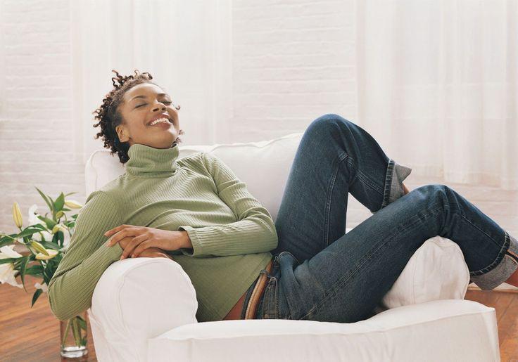 """8 dicas p/ reduzir o estresse sem nem sair da cadeira (do """"Shortcuts to Inner Peace"""" (Atalhos para a Paz Interior), são apresentadas técnicas eficazes de relaxamento. Confira aqui oito dessas técnicas.  Você pode estar em sua cadeira no escritório ou em sua poltrona reclinável, não importa – é só ficar sentada, relaxar e se reenergizar. As primeiras quatro práticas podem ser feitas de olhos abertos, e as quatro últimas, de olhos fechados.)"""