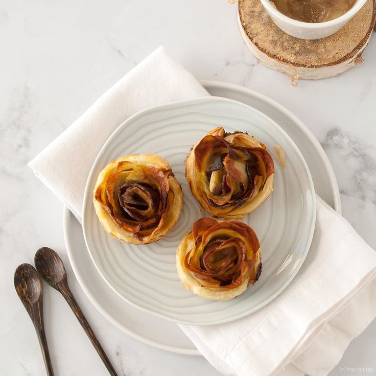 Aardappelroosjes zijn de hartige variant van de appelroosjes. Met uienkonfijt i.p.v. appelmoes, aardappels i.p.v. appels en eenborst en foie gras on top.