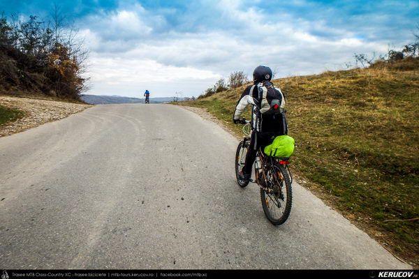 Traseu cu bicicleta SSP Breaza - Valea Tarsei - Adunati - Ocina de Jos - Izvoru - Provita de Sus - Provita de Jos - Poiana Campina, Judetul Prahova, Romania. Noiembrie. Prin Prahova. Culori palide de toamna. Si ceva nori. La o saptamana distanta. Revenire. Locuri cunoscute. Plimbare. Un drum frumos, scurt, variatie pe tema veche. Din Breaza, prin Adunati, pana in Campina, pe malul raului Provita. Soare la ince (...)