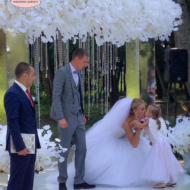 Крутая свадьба. Свадьба года. Выездная церемония. Свадебные арки. Свадебная арка. Зеркальная свадьба. Белая свадьба. Свадебный декор. Свадебная церемония. Дети на свадьбе. Красивая свадьба. Красивые свадьбы. Стильная свадьба. Кристальная свадьба.